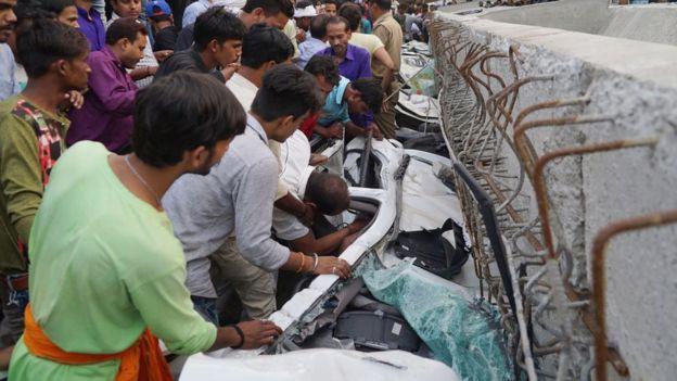 Vụ sập cầu vượt đang xây tại Ấn Độ: Số người thiệt mạng tăng lên 18 - Ảnh 4.