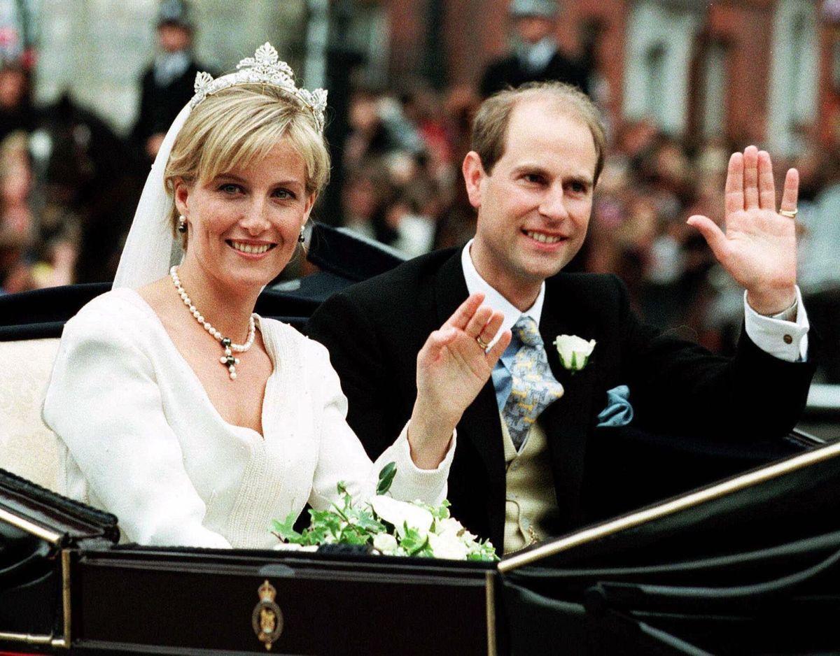Những đám cưới đẹp như cổ tích trong lịch sử 100 năm hoàng gia Anh - Ảnh 21.