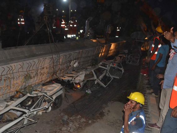 Vụ sập cầu vượt đang xây tại Ấn Độ: Số người thiệt mạng tăng lên 18 - Ảnh 2.