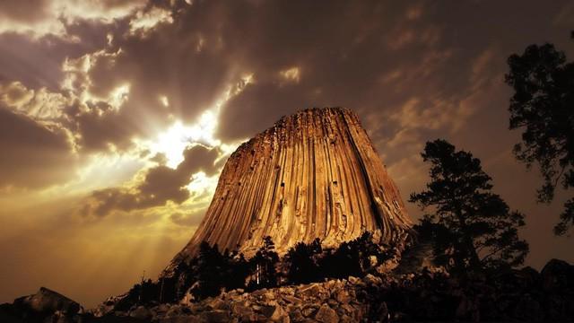Bí ẩn tháp Quỷ vẫn tồn tại giữa thời hiện đại - Ảnh 1.