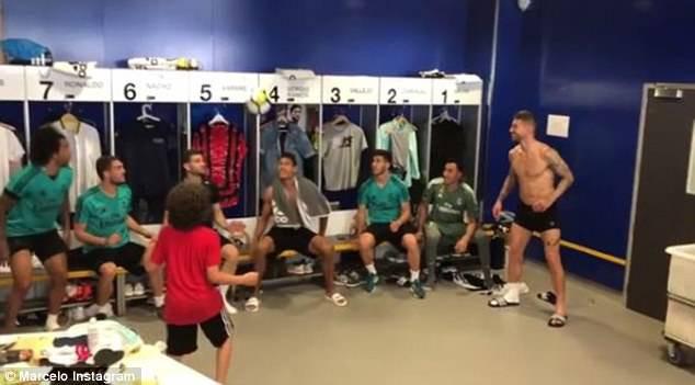 Con trai Marcelo khoe kỹ năng tâng bóng siêu việt trong phòng thay đồ Real - Ảnh 4.