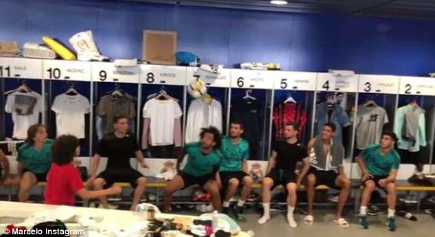 Con trai Marcelo khoe kỹ năng tâng bóng siêu việt trong phòng thay đồ Real - Ảnh 3.
