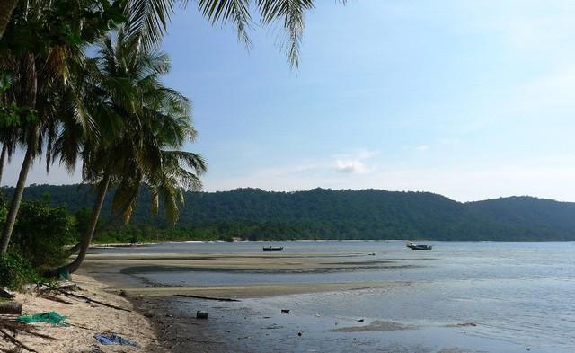 """Những bãi biển ở đảo ngọc Phú Quốc """"hút"""" khách dịp hè - Ảnh 4."""