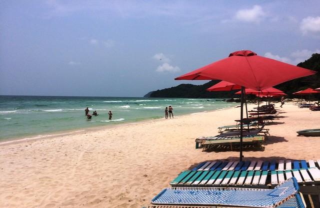 """Những bãi biển ở đảo ngọc Phú Quốc """"hút"""" khách dịp hè - Ảnh 7."""