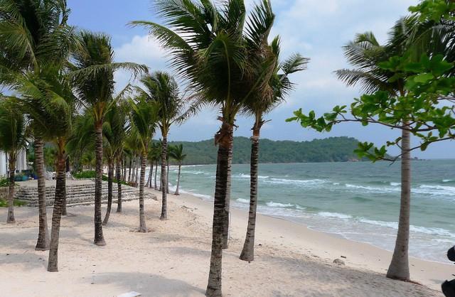"""Những bãi biển ở đảo ngọc Phú Quốc """"hút"""" khách dịp hè - Ảnh 8."""