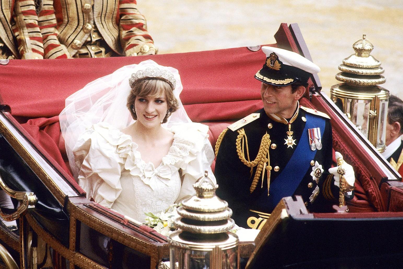 Những đám cưới đẹp như cổ tích trong lịch sử 100 năm hoàng gia Anh - Ảnh 14.