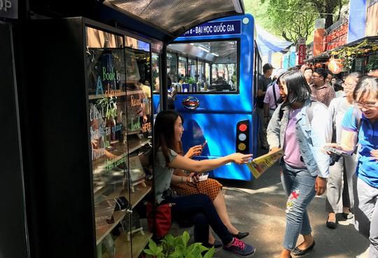 Thú vị xe bus sách tại đường sách Nguyễn Văn Bình - Ảnh 2.