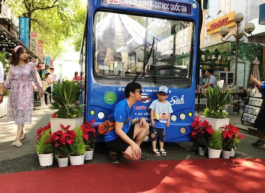Thú vị xe bus sách tại đường sách Nguyễn Văn Bình - Ảnh 3.