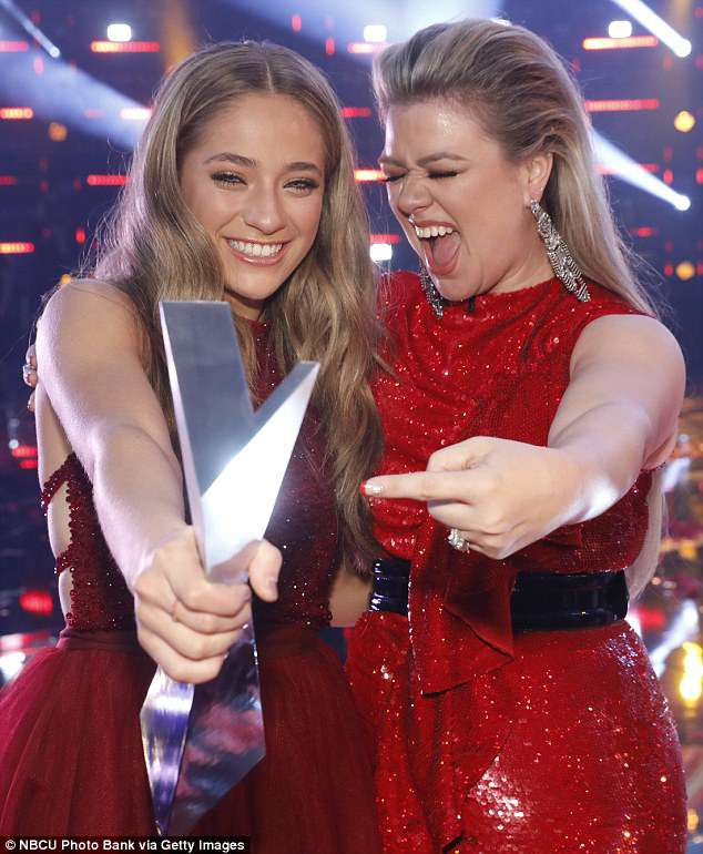 Học trò 15 tuổi của Kelly Clarkson đăng quang quán quân The Voice Mỹ mùa 14 - Ảnh 3.