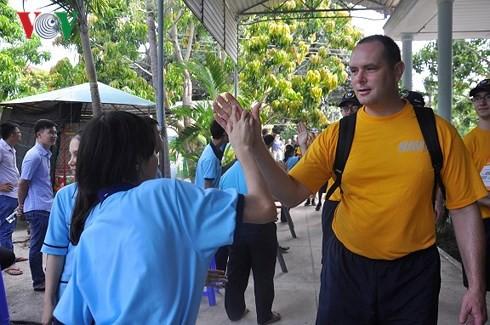 Đoàn thủy thủ Hải quân Hoa Kỳ giao lưu với trẻ em khuyết tật Khánh Hòa - Ảnh 1.