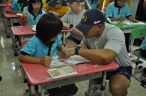 Đoàn thủy thủ Hải quân Hoa Kỳ giao lưu với trẻ em khuyết tật Khánh Hòa - Ảnh 2.