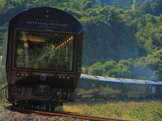 Trải nghiệm trên chuyến tàu sang chảnh nhất thế giới với giá 60 triệu đồng một đêm - Ảnh 1.