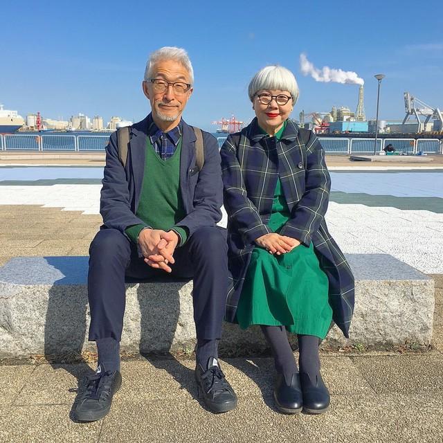 Cặp vợ chồng nổi tiếng ở tuổi U70 vì… mặc đồ đôi tuyệt đẹp - Ảnh 1.