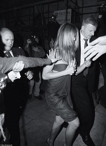 Lộ ảnh William, Kate Middleton và dàn sao hạng A bơ phờ rời quán bar - Ảnh 5.