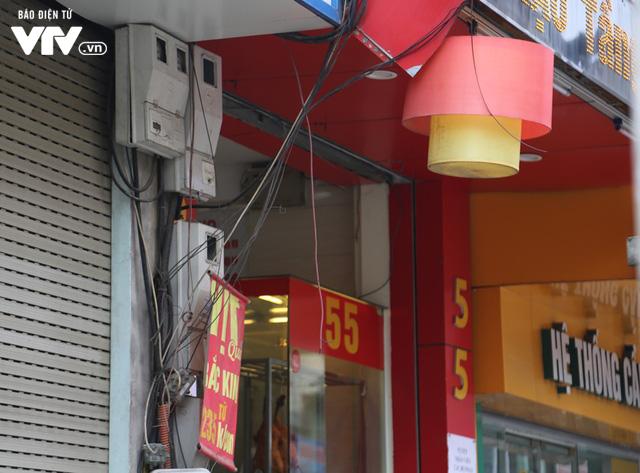 Mặt phố Hà Nội: Lộn xộn công tơ điện - Ảnh 1.