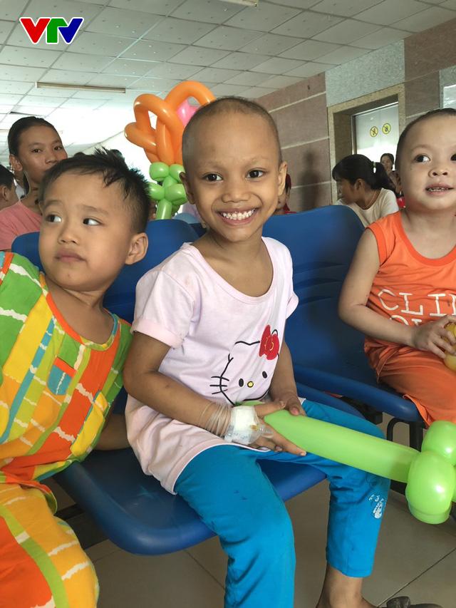 Trao nụ cười - Vì bệnh nhi ung thư lần thứ I năm 2018: Lan tỏa niềm vui ngày Quốc tế thiếu nhi - Ảnh 1.