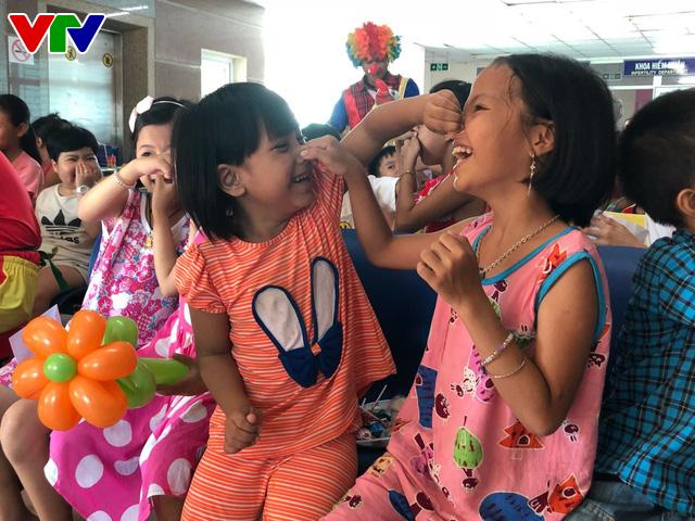 Trao nụ cười - Vì bệnh nhi ung thư lần thứ I năm 2018: Lan tỏa niềm vui ngày Quốc tế thiếu nhi - Ảnh 5.