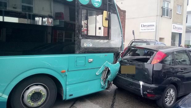 Xe bus đâm 25 ô tô đậu trên phố mua sắm ở Anh, ít nhất 14 người bị thương - Ảnh 5.