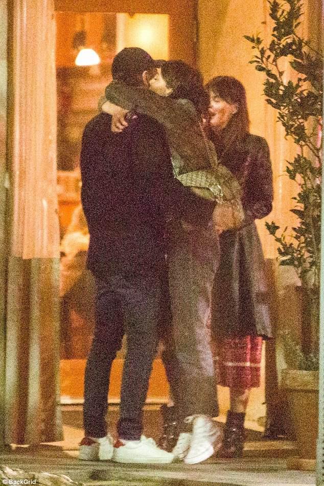 Leonardo DiCaprio công khai ôm hôn tình mới kém 23 tuổi - Ảnh 5.