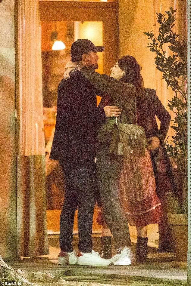 Leonardo DiCaprio công khai ôm hôn tình mới kém 23 tuổi - Ảnh 4.