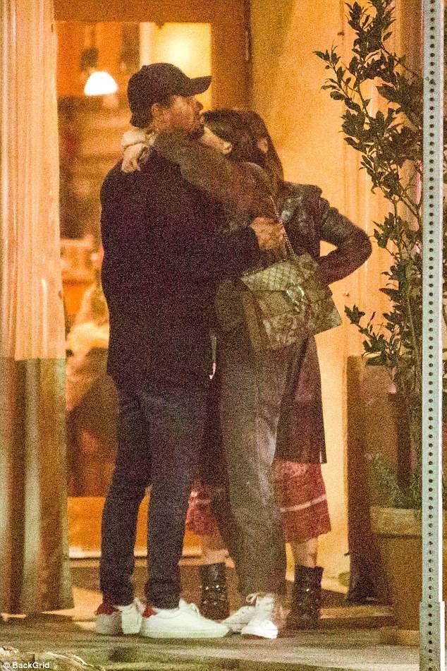 Leonardo DiCaprio công khai ôm hôn tình mới kém 23 tuổi - Ảnh 3.