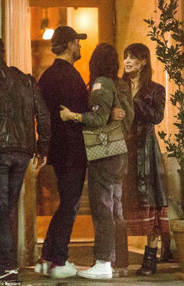 Leonardo DiCaprio công khai ôm hôn tình mới kém 23 tuổi - Ảnh 1.