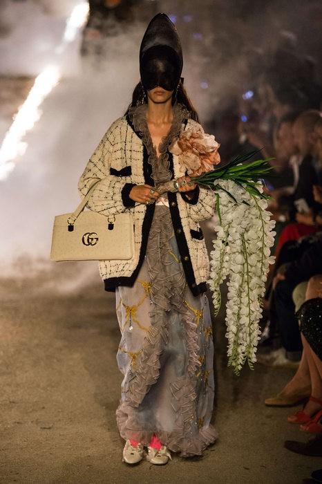 Gucci Cruise 2019: Khi phong cách cổ điển được làm sống lại... - Ảnh 17.