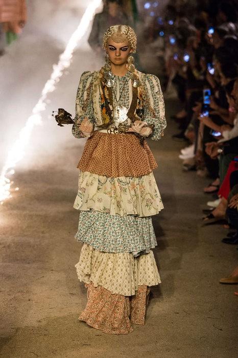 Gucci Cruise 2019: Khi phong cách cổ điển được làm sống lại... - Ảnh 15.