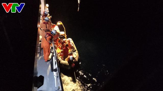 Cứu sống thuyền viên tàu QNg 98217 TS bị bệnh nguy kịch ở vùng biển Hoàng Sa - Ảnh 2.