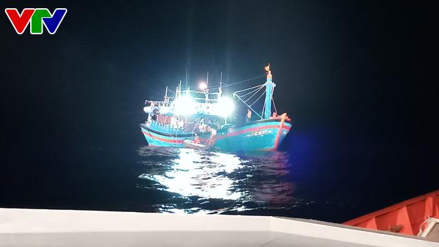 Cứu sống thuyền viên tàu QNg 98217 TS bị bệnh nguy kịch ở vùng biển Hoàng Sa - Ảnh 1.