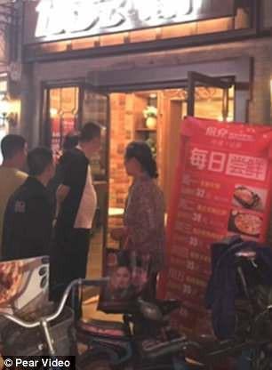 Chủ quán ngất xỉu khi thấy thực khách mang trăn lớn vào nhà hàng - ảnh 2