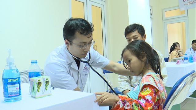 Khuôn mặt tím tái, ánh mắt tuyệt vọng của bệnh nhi tim bẩm sinh 5 tuổi - Ảnh 1.