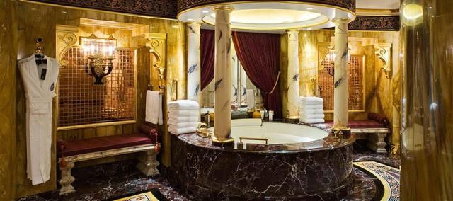 Cận cảnh quầy bar dát vàng bên trong khách sạn 7 sao - ảnh 1