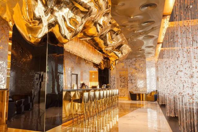 Cận cảnh quầy bar dát vàng bên trong khách sạn 7 sao - ảnh 2