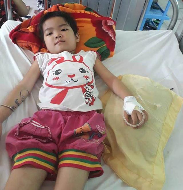 Thương bé gái người Tày vừa bị ung thư máu vừa hoại tử chân - Ảnh 1.