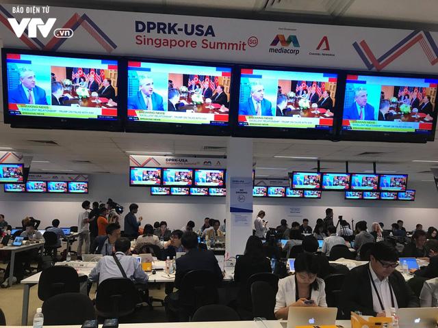 Thấy gì bên trong Trung tâm báo chí sự kiện thượng đỉnh Mỹ - Triều? - Ảnh 1.