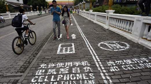 Trung Quốc thiết kế đường đi bộ dành riêng cho những người nghiện smart-phone - Ảnh 3.
