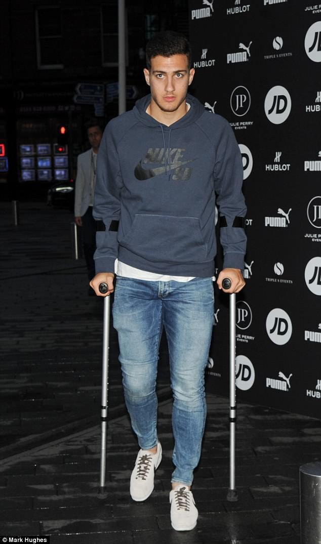 Chấn thương đầu gối, tân binh của Man Utd làm bạn với đôi nạng - Ảnh 1.