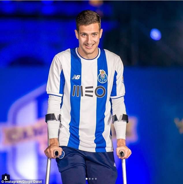 Chấn thương đầu gối, tân binh của Man Utd làm bạn với đôi nạng - Ảnh 2.