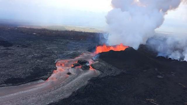 """""""Mưa đá quý"""" xuất hiện ở khu vực quanh núi lửa Hawaii sau vụ phun trào - Ảnh 1."""
