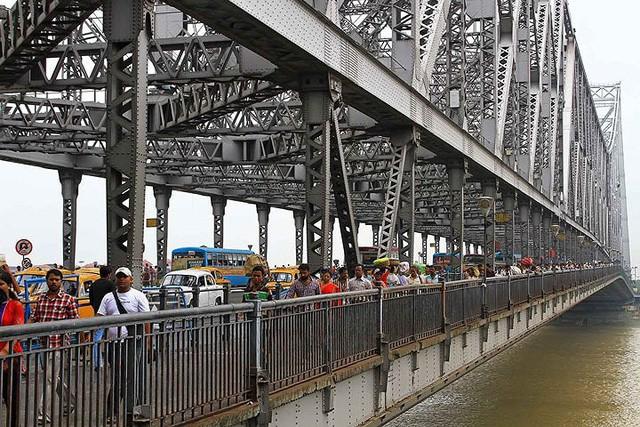 Cây cầu có nguy cơ sập vì... khạc nhổ bã trầu - Ảnh 9.