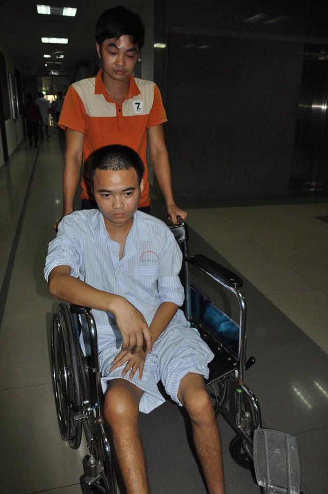 Nghẹn ngào em khuyết xương sọ đẩy xe lăn chăm anh trai bị liệt - Ảnh 3.