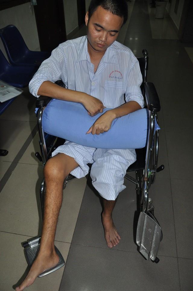 Nghẹn ngào em khuyết xương sọ đẩy xe lăn chăm anh trai bị liệt - Ảnh 4.