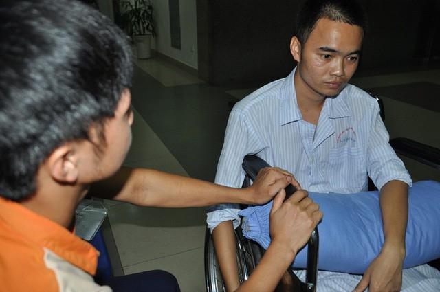 Nghẹn ngào em khuyết xương sọ đẩy xe lăn chăm anh trai bị liệt - Ảnh 6.