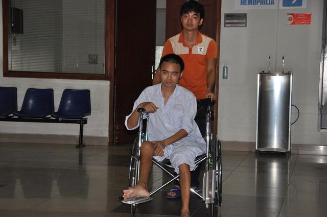Nghẹn ngào em khuyết xương sọ đẩy xe lăn chăm anh trai bị liệt - Ảnh 7.