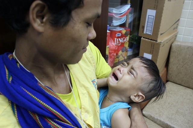 Mẹ bị cây đè gãy cổ, cha địu theo con thơ nuôi bệnh - Ảnh 3.