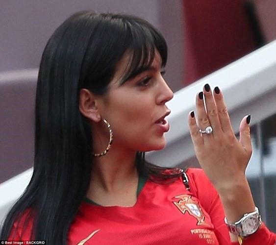 Bạn gái nóng bỏng của Ronaldo lần đầu xuất hiện trên khán đài FIFA World Cup™ 2018 - Ảnh 2.