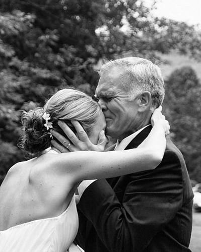 Ai cũng phải rơi nước mắt vì tình cha con trong ngày cưới của con gái - Ảnh 8.