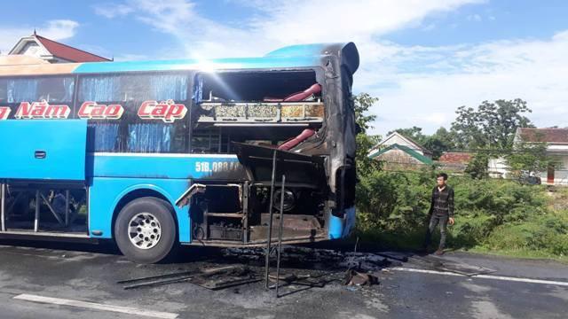 Hà Tĩnh: Xe khách giường nằm bốc cháy dữ dội trên QL1A - Ảnh 2.