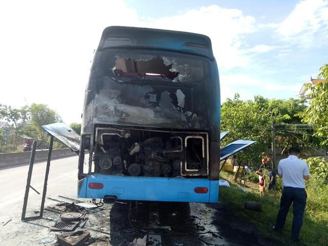 Hà Tĩnh: Xe khách giường nằm bốc cháy dữ dội trên QL1A - Ảnh 1.